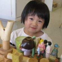 news_mfrc_-_girl_creating_with_with_blocks_and_little_people